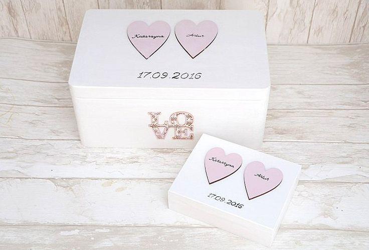 Uroczy zestaw pudełek ślubnych - kuferek na kartki oraz pudełeczko na obrączki. Całość bielona i zdobiona serduszkami. Kolorystyka do wyboru! :)  Do kupienia w sklepie internetowym Madame Allure.