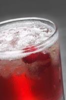 Cranberry Julep Ein klassischer Südstaatencocktail mit neuem Twist: Preiselbeeren. • 2 TEILE JIM BEAM  • SPRITZER GOMME-SIRUP  • 6 FRISCHE PREISELBEEREN  • 1 TEIL PREISELBEERSAFT Preiselbeeren zerdrücken und Gomme-Sirup zugeben. Jim Beam und Crushed Ice zugeben und gut schütteln. In vier Gläser gießen, mit Preiselbeersaft auffüllen und mit einer Limettenscheibe garnieren.