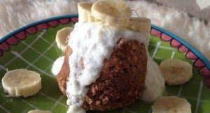 Na mijn eerste mugcake is het weer eens tijd voor een nieuw recept. Dit keer met pindakaas, ja je leest het goed, met pindakaas!! Want wat is er nou lekkerder dan de combinatie van banaan en pindakaas? Het is ook nog eens een lekker en snel recept wat je zo voor het ontbijt op tafel kunt zetten!  Wat heb je nodig voor deze mugcake?  een beker 1 banaan 1 ei 2 theelepels kaneel 1 flinke eetlepel pindakaas (lidl heeft suikervrije, maar calve is dit ook standaard) 3 eetlepels havermout.   Hoe…