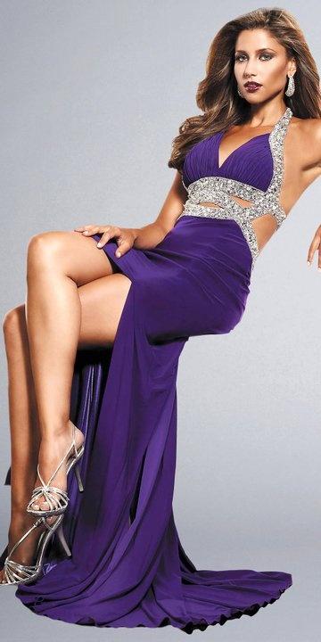 Parlak taşlarla süslenmiş derin yırtmaçlı gece elbisesi