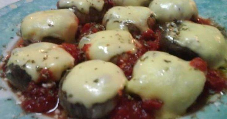 Εξαιρετική συνταγή για Μανιτάρια γεμιστά με φέτα στο μικροκυμάτων. Γρήγορο εύκολο και νόστιμο συνοδευτικό ή ορεκτικό. Λίγα μυστικά ακόμα Αν δεν έχουμε μικροκυμάτων μπορούμε να τα ψήσουμε και στο φούρνο,χωρίς να ακολουθήσουμε τα βήματα 1,2 και 3. Τα γεμίζουμε και τα ψήνουμε κατευθείαν στο γκριλ σε μέτριο φούρνο.