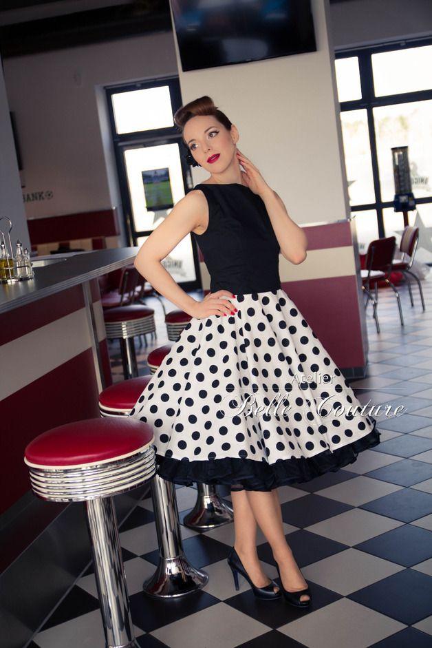 Schönes 50er Jahre Petticoatkleid   Modell: M5-04-15  Das Petticoatkleid wird aus einem angenehmen Baumwollstoff gefertigt. Das Oberteil mit U-Bootausschnitt vorne des Petticoat Kleideswird...