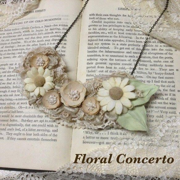 布花でお花畑をイメージしています。マーガレットがとてもかわいいです。レースやお花は紅茶と染料で染めて、アンティークな雰囲気を出しています。裏には革を貼っていま...|ハンドメイド、手作り、手仕事品の通販・販売・購入ならCreema。