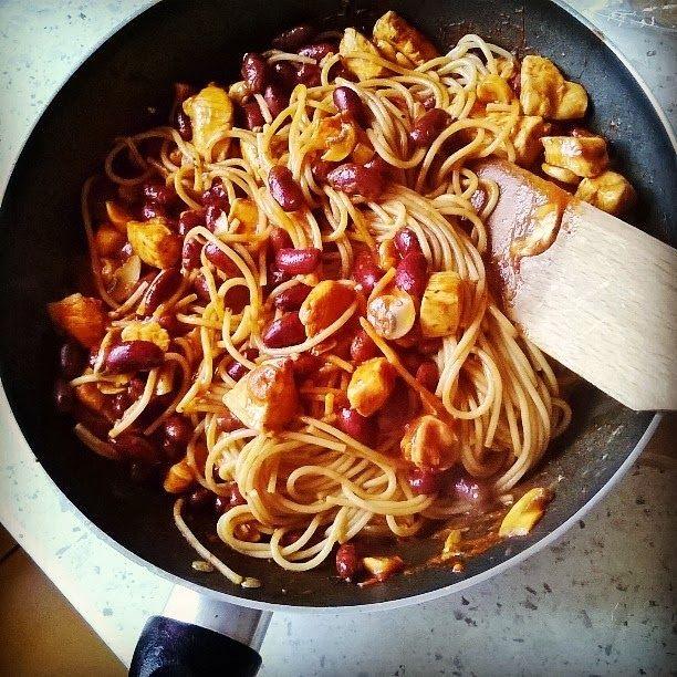 Pikantne spaghetti z kurczakiem i fasolą