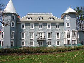 Manoir Papineau : construit entre 1848 et 1850 pour Louis-Joseph Papineau. Lieu historique national du Canada, immeuble patrimonial. Rue Notre-Dame, à Montebello, Québec.