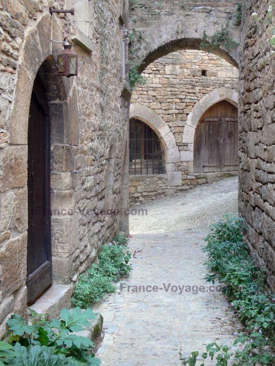 Le long des étroites rues pavées- Bruniquel, village médiéval- Tarn et Garonne