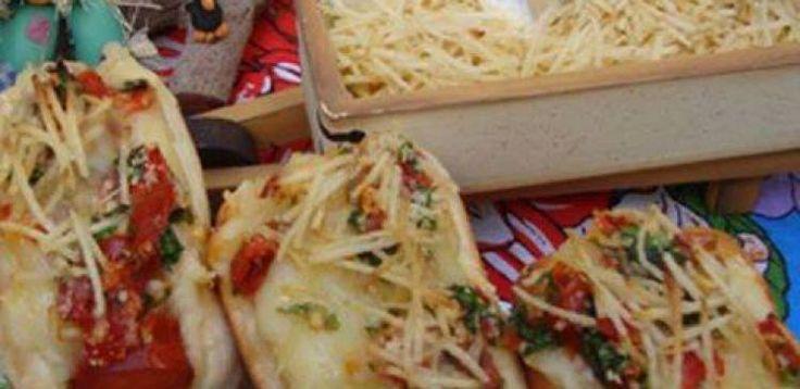 Salada  - 3 tomates cortados em cubos pequenos  - 2 colheres (sopa) de pimentão cortado em cubos pequenos (opcional)  - 6 colheres (sopa) de cebola cortada em cubos pequenos  - 1 pitada de orégano (opcional)  - 1 colher (sopa) de azeite  - 1/2 xícara (chá) de cheiro verde fresco  - Sal e pimenta do reino a gosto  - Molho  - 2 copos (240 ml) de leite integral  - 5 colheres (sopa) de queijo parmesão ralado  - 2 colheres (sopa) de farinha de trigo  - 2 batatas grandes cozidas e passadas por…