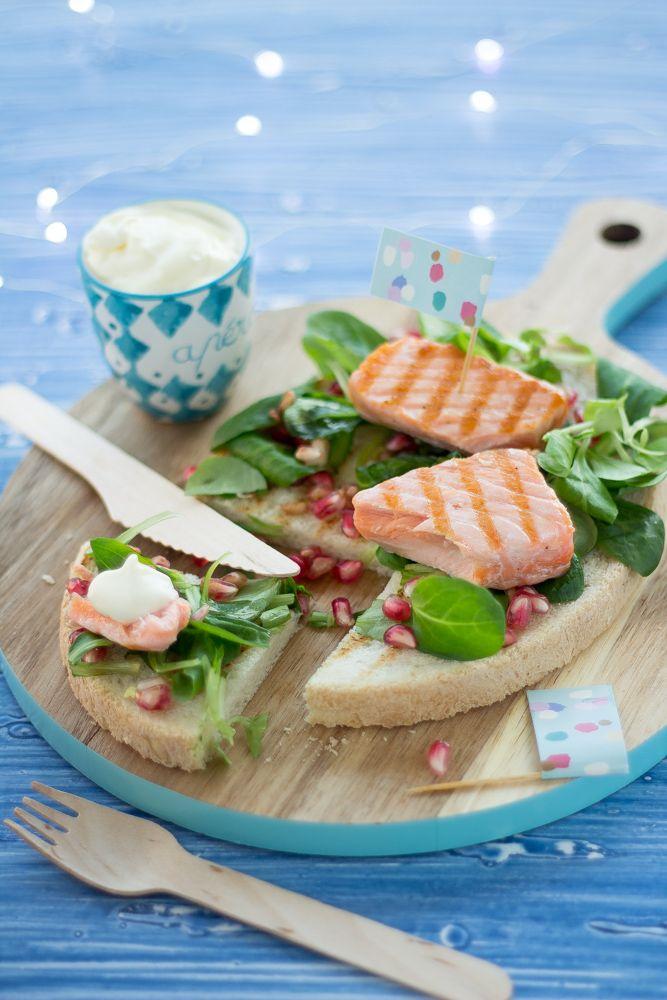 Chi l'ha detto che una bruschetta non può essere fashion? Basta poco per rendere anche il piatto più rustico, bello e buono; le bruschette con salmone e maionese allo yogurt ne sono la prova. Semplicissime da fare sono il giusto antipasto per una cena a base di pesce ma anche l'idea
