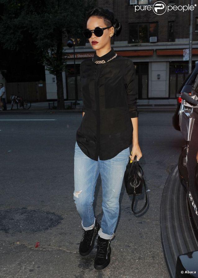 Rihanna, habillée d'un chemisier T by Alexander Wang, d'un jean J Brand et de baskets Giuseppe Zanotti à New York, le 15 juin 2012.