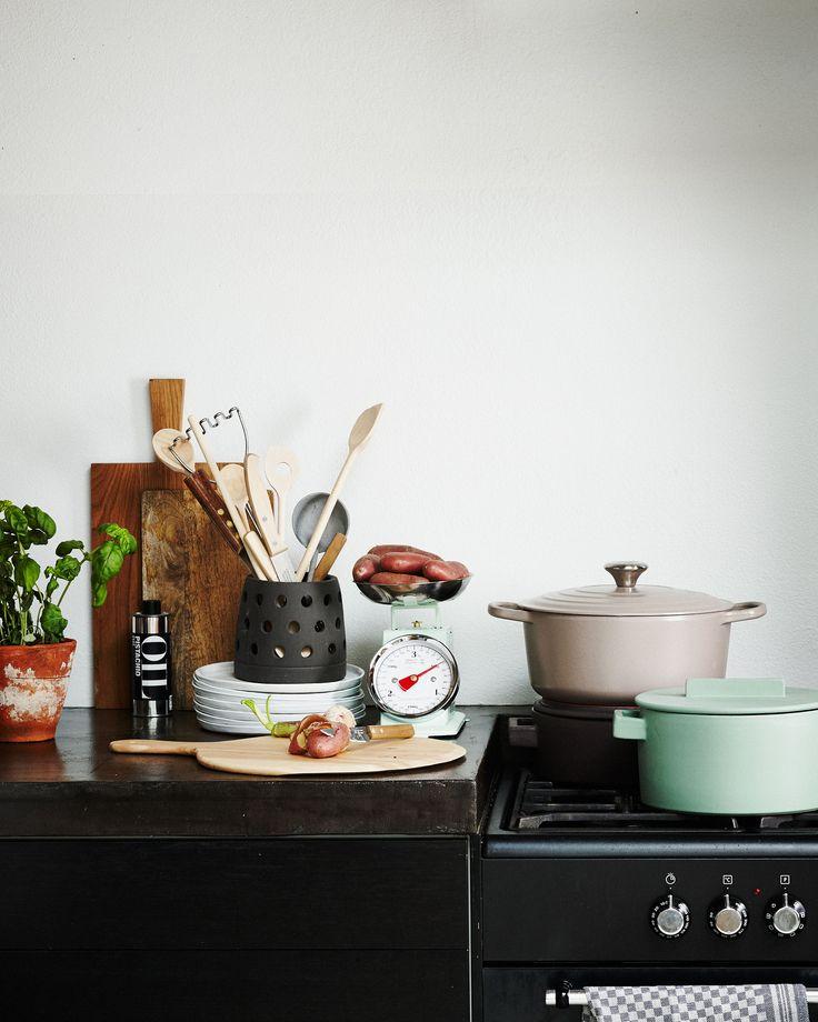 Pastel kitchen with a wooden cutting board, a mintgreen scale, a taupe saucepan and a mintgreen saucepan | Styling Fietje Bruijn, Marianne Luning, Frans Uyterlinde | vtwonen june 2015 | #vtwonenshop