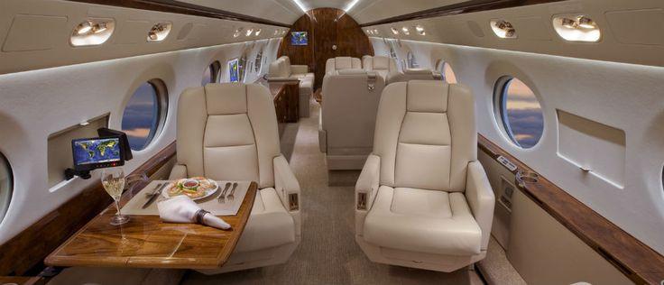 Los Angeles New York arası uçan 14 kişilik uçaktan yolcular indiğinde, özel arabalar tarafından karşılanacak.