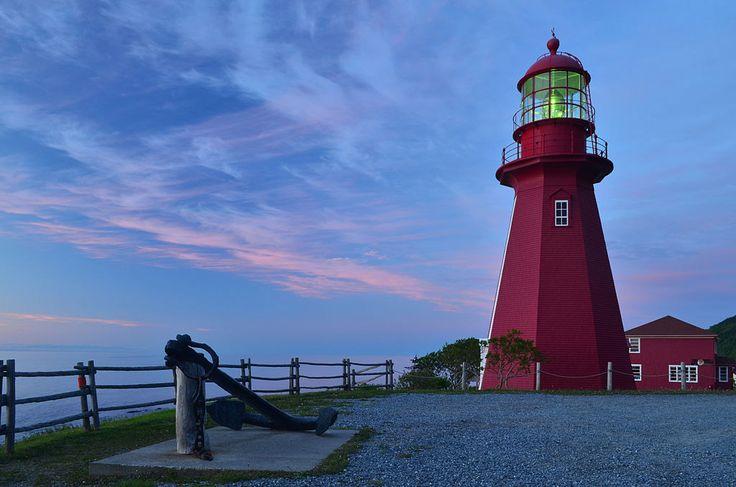 Construit en 1906, ce phare situé dans la municipalité de la Martre compte parmi les plus anciennes constructions vouées à l'aide à la navigation en Gaspésie qui subsistent. Il s'agit de l'un des plus hauts phares en bois du territoire québécois. Il est également le seul phare du littoral du Saint-Laurent dont l'implantation s'est faite en plein cœur du village. Photo : Wikimédia, Letartean 2013 - Creative Commons 3.0 (by)