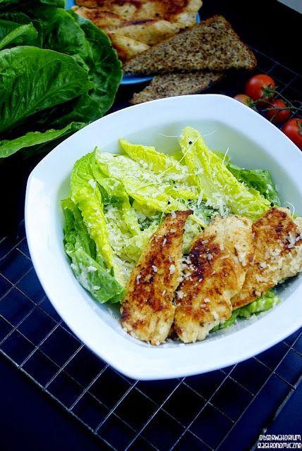 """Chrupiąca sałata i soczysty kurczak w połączeniu z """"magicznym"""" dressingiem, czyli klasyczna sałatka cezar."""