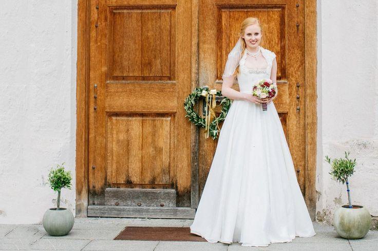 Der Designer Tian van Tastique zeigt ein Brautdirndl, dass als normales Dirndl oder zusätzlich auch als bodenlange Brautkleidvariante getragen werden kann.