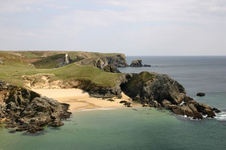 Popular holiday destination for its many beaches, coastal paths and unspoiled nature, Belle-Ile hides the wildest places of Baluden, sheltered from cold winds by the cliffs of Pointe Grand Village, has beautiful sunshine and the water temperature is pleasant. © nool - Fotolia.com