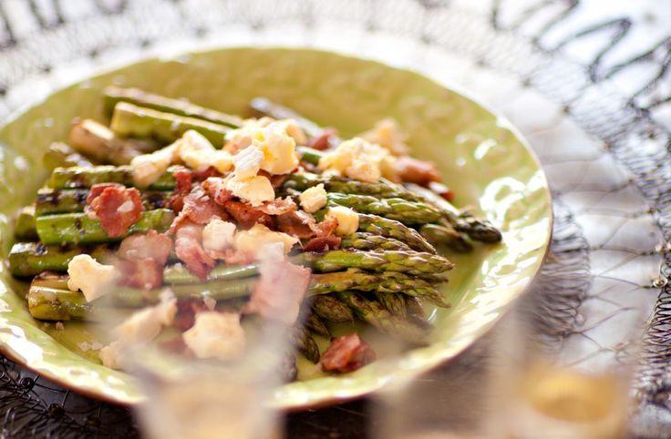 Recept på Grillad grön sparris med bacon och vitmögelost.