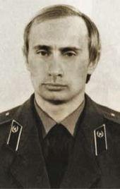 KGB — Vladimir Poutine, vêtu de son uniforme du KGB.                                                                                                                                                                                 Plus