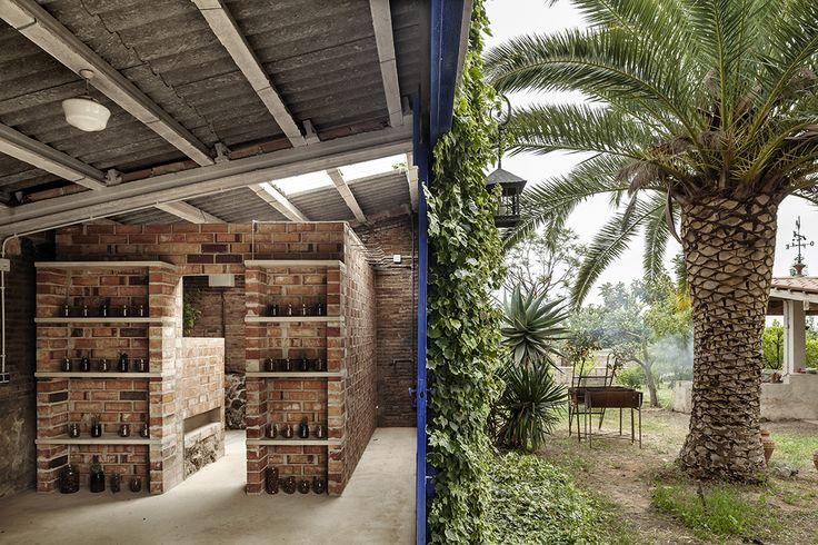Construido por Clara Nubiola en El Milà, Spain con fecha 2014. Imagenes por Adrià Goula. Este proyecto empezó hace un tiempo. Unos familiares cercanos me plantearon la idea de construir un lavabo-vestidor e...