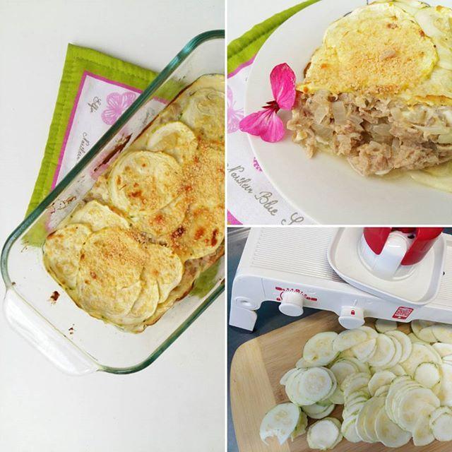 Les dejo esta idea super fácil para hacer en el almuerzo. ⭐⭐Pastel de atún y zucchini⭐⭐ . Vas a necesitar: ✔2 zucchinis ✔2 cdas de queso crema light ✔1 huevo ✔1 lata de atún ✔1 cebolla. ➡Cortar las cebolla en cubitos y saltearla en aceite de oliva. Mezclar el . atún con la.cebolla, el.huevo, queso crema y condimentar con sal, ajo en polvo y pimienta.  Pela y corta los.zucchinis en rodajas muy finas, yo usé la mandolina de Tupperware que le pedí a mi amiga @tupperwareyani , esta buenísima y…