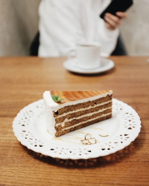 Hola, soy una rica tarta  ⚪ ⚪ ⚪ #instafood #hongdae #foodstagram #dessert #cake #foodblogger #foodporn #tarta #torta #instapic #dailyfood #yeonnamdong #연남동 #케이크 #먹자 #먹스타크램 #seoul #seul #comida