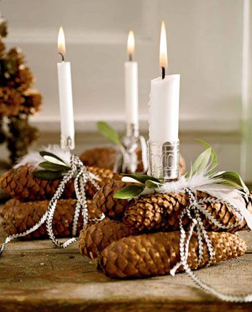 Julepynt huset med kogler du selv har fundet i skoven. De er smukke, nemme at arbejde med og meget julede.