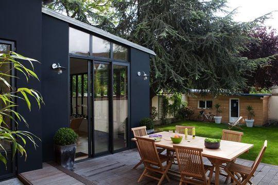 une-veranda-contemporaine-ouverte-sur-une-jolie-terrasse-en-teck_4814618.jpg…