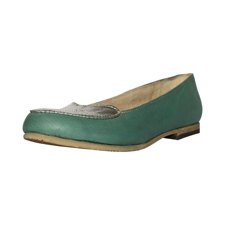 Zapato de mujer balerina, de color verde con detalles de plata