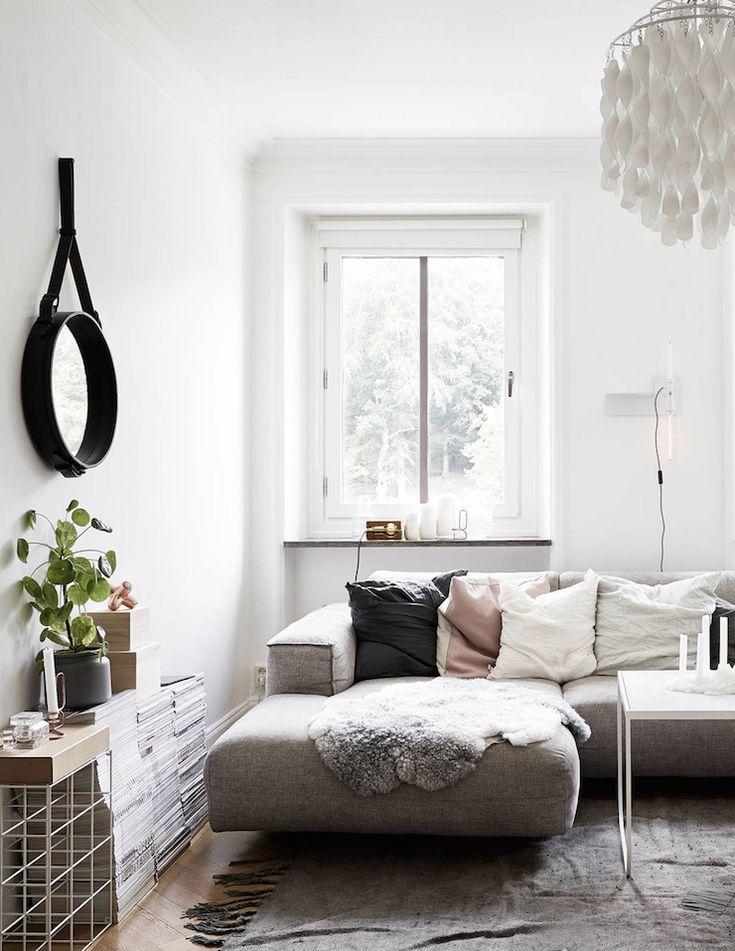 """Muted (""""L"""" notes; Idea para el salón: sofá chaise longue con cojines y manta). (""""L"""" notes; Idea para el salón: Revistas amontonadas como soporte de plantas y otros)."""