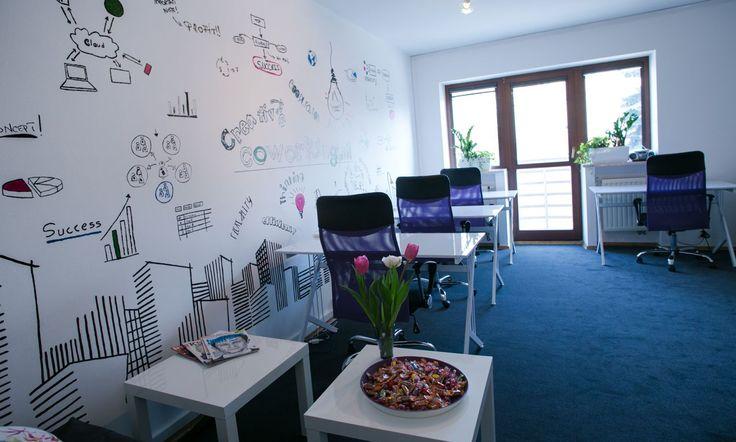 Sala coworkingu typu open space (biurka na godziny) dostosowana do pracy indywidualnej i zespołowej. Miejsca pracy wyposażone są w wygodne ergonomiczne biurka i profesjonalne fotele.