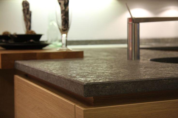 Een werkblad van graniet geeft een keuken een fraaie, luxe uitstraling. Daarnaast zijn de meeste granietsoorten eenvoudig schoon te houden en bijzonder duurzaam van karakter. Het is dan ook niet vreemd dat graniet nog steeds een veel gekozen materiaal in de keuken is. Graniet is een stollingsgesteente dat miljoenen jaren geleden door de natuur is …
