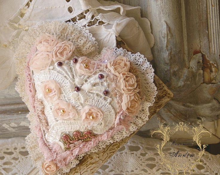 Krajkové srdíčko Shabby Chic Srdíčko v jemných pastelových barvách růžové, broskvové, čajové a bílé. Použity jsou různé krajky a korálky. Průměr 12 cm
