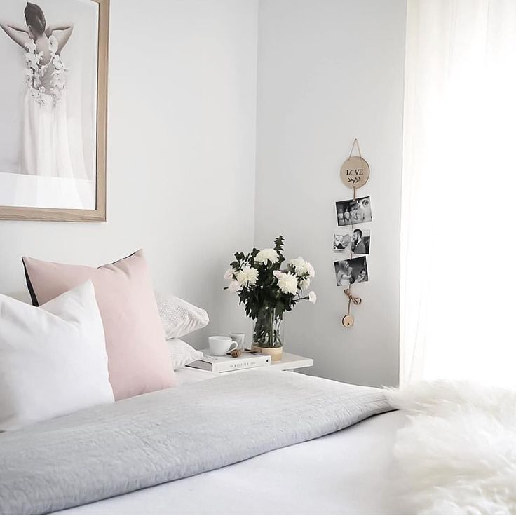 I really love this beautifully styled bedroom by @brookecastelstylist what a lovely way to display images you love.