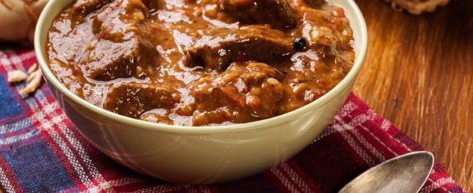 Hoofdgerecht 4 personen Bereidingstijd: 20 minuten + 4 uur pruttelen  Bereidingswijze: Snijd de riblappen in blokjes en bak deze in roomboter aan. Voeg de sjalotten, wortel, tijm en rozemarijn toe en laat deze mee aan zweten.