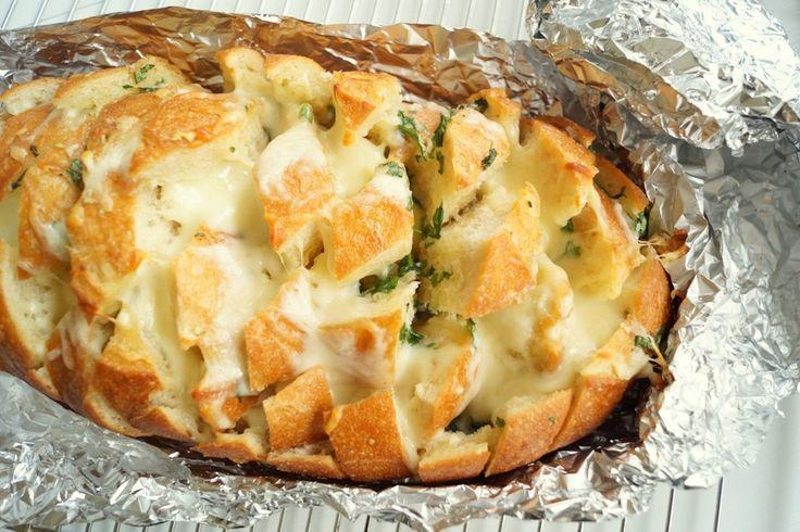 Pull apart hvidløgsbrød med smeltet ost. Nemt og hurtigt at lave.
