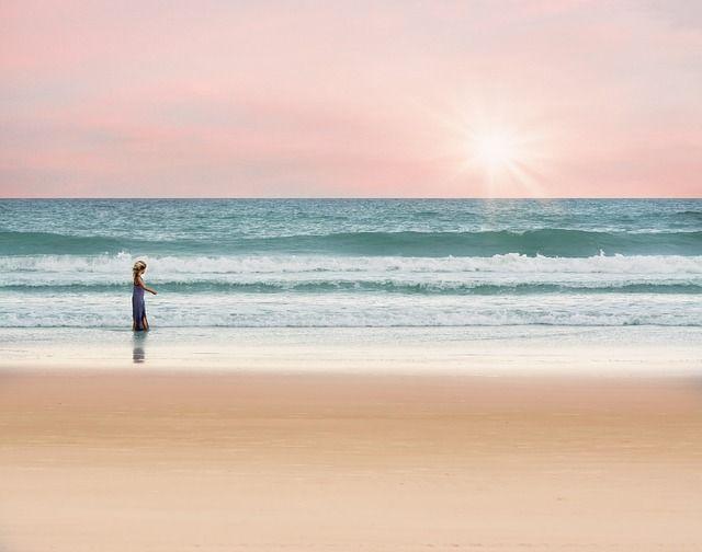 Pixabayの無料画像 - 海, 女の子, 徒歩, 夏, 水, 休暇, 太陽, 波, 砂, ビーチ