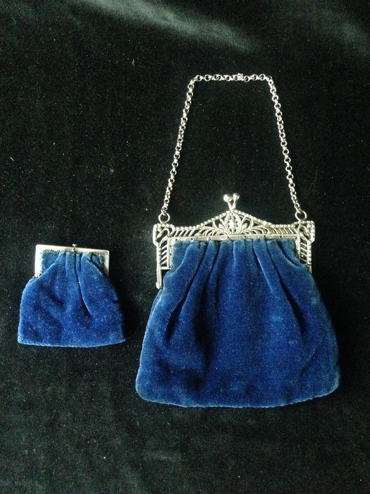 Zilveren beugeltasje met open gewerkt decor aan Jasseron ketting en een zilver beugel portemonnee beide met konings blauw fluweel