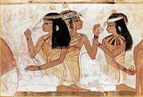 Egiziane con coni di cera profumata sulla testa