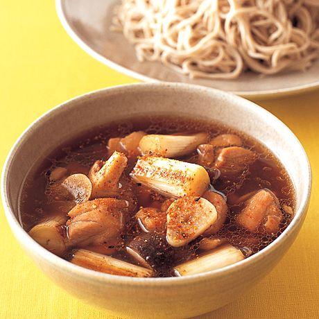 レタスクラブの簡単料理レシピ にんにくとねぎ多めのつゆで、そばが進むんです「とりの鴨南風つけそば」のレシピです。