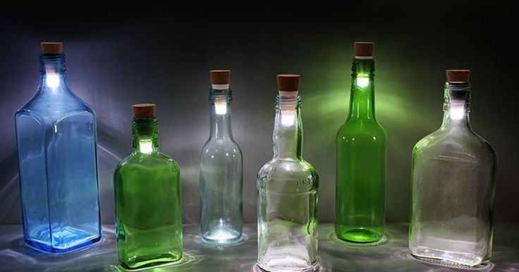 El reciclar artículos viejos o basura siempre nos debería llenar de orgullo, por eso si tienes botellas viejas que ya no utilices ¡no las tires! Puedes crear modernas y divertidas lámparas con ellas y además estarás ayudando al planeta generando menos basura. El foco LED en forma de corcho fue desarrollado por la compañía Suck UK y te permitirá en cuestión de segundos reciclar esas botellas viejas que tenías arrumbadas en alguna parte de tu casa.