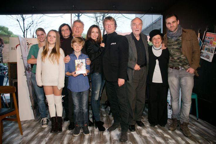 Časť hereckého a realizačného osadenstva seriálu Búrlivé víno na krste DVD s dvadsiatkou častí.