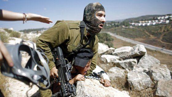 Il fatto è accadutonel villaggio di Nabi Saleh in Cisgiordania. Le immagini hanno fatto il giro del mondo