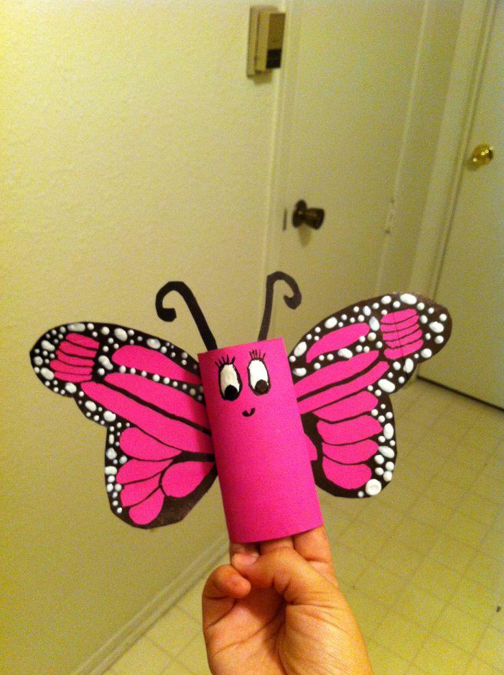 Papillon avec un rouleau de papier de toilette