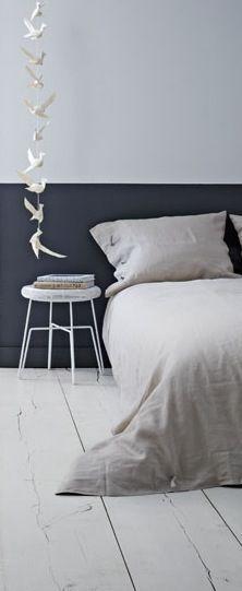 La bonne idée pour relooker la chambre à coucher : peindre le bas des murs dans une couleur plus sombre.