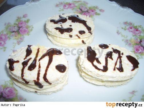 Náplň do laskonek 10 dkg másla, 4 dkg moučkového cukru, 1 žloutek, 1 dkg mletých oříšků (nebo kokosu) 2 bílky, 4 dkg moučkového cukru, 1 vanilkový cukr