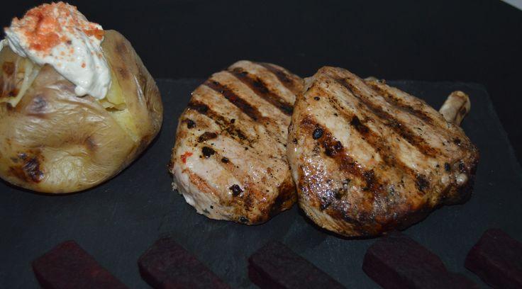 Grillede økologiske koteletter med lækkert tilbehør