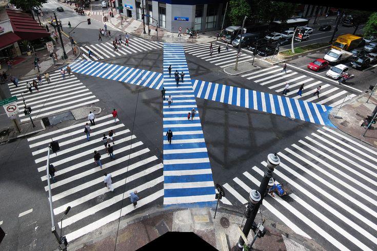 A faixa diagonal foi ativada a partir desta segunda-feira (26) entre os cruzamentos das avenidas São João e Ipiranga. Modelo é baseado em prática utilizada em Tóquio e visa dar mais segurança aos p...