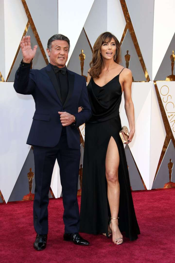 Sylvester Stallone (left) and Jennifer Flavin - Devo dizer que simplesmente amei o terno marinho! Chique e diferente na medida #ficadica