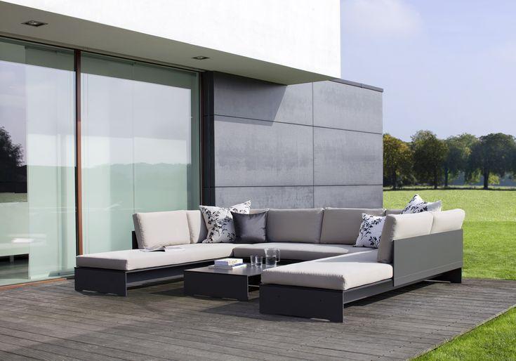 Sofa oraz stolik z kolekcji Riva Lounge. Materiał HPL, z którego została wykonana sofa oraz stolik, jest odporny na zmiany temperatur, promienie słoneczne czy otarcia. Dzięki tym właściwościom idealnie sprawdzi się w każdym ogrodzie, tarasie czy balkonie.