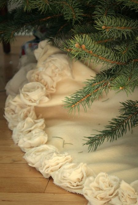 DIY: Christmas Tree Skirt. I must do this. Titus and I are re-doing our Christmas tree decor this year, and I can NEVER find a tree skirt that's not ugly or wayyyy too expensive.