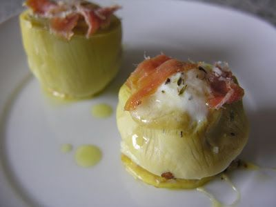 Huevos de codorniz sobre nidos de alcachofa | Ingredients for four people:  12 artichokes.  12 quail eggs.  100 gr of ham.  A chive.  A lemon.  Extra virgin olive oil.  Pepper.  Sea salt.